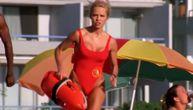 Bezobrazna Pamela ispričala šta muškarcima i dalje radi u čuvenom crvenom kupaćem kostimu
