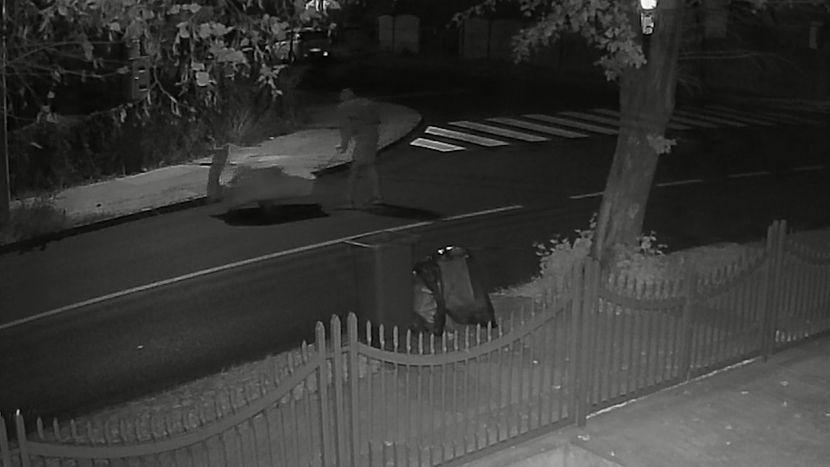 Osoba gura kolica ulicom u kojoj se dogodilo ubistvo