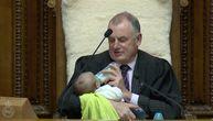 Novozelandski političar oduševio svet: Tokom rasprave u parlamentu uzeo kolegino dete i nahranio ga