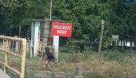 """Deca pecaju kraj upozorenja """"Opasnost, mine"""": Građane uznemirila tabla kod kasarne u Leskovcu"""