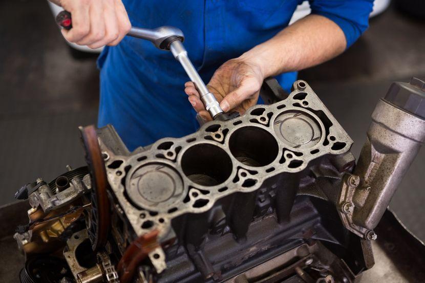 Automehanicar, garaža, motor automobila