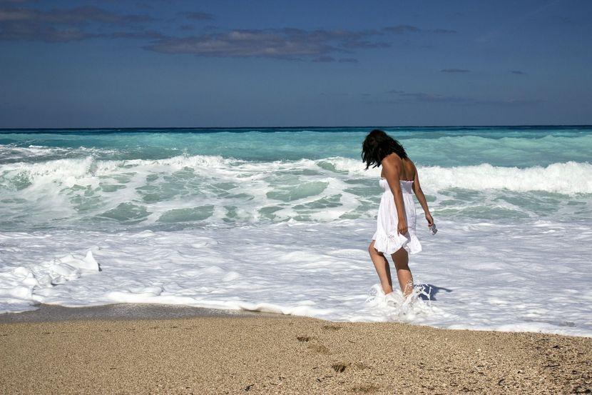 kofer okean more devojka plaža