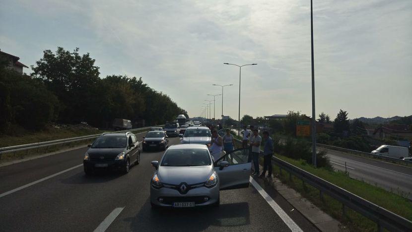 Lancani sudar kod Slap pumpe na autoputu u pravcu Beograda... 5 - 6 automobila