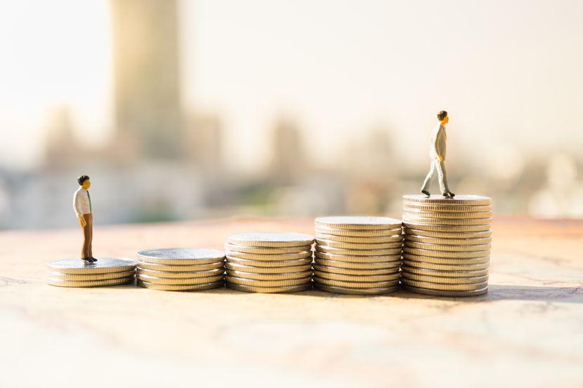 Minijaturni ljudi, novac, finansijski koncept