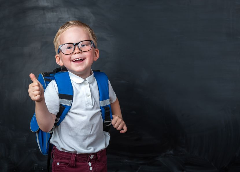 Djak prvak, decak, skola, prvi razred, ucionica, tabla