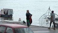 Gruov prijatelj iznosi njegove stvari sa čamca: Ostali nemo stoje pored nastradalog druga (VIDEO)