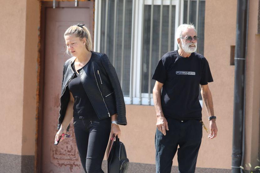 Danica Prvulović, Supruga Zena, ispred kuce Dalibora Andonova Grua
