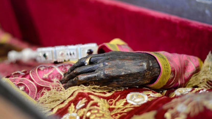 Netruležna ruka svetog kralja Setfana Dečanskog, manastir Visoki Dečani