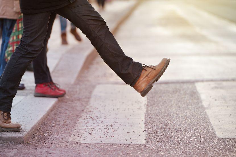 Muškarac korača, korak hoda