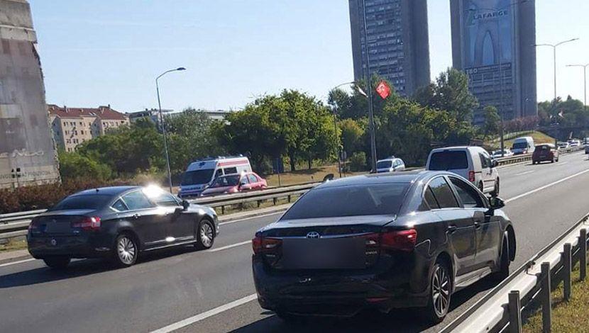 Lancana saobracajka 3 automobila kod geneksa smer ka nisu 2 povredjenih. Kod jednog povreda vrata. Kod drugog sumnja na prelom rebara