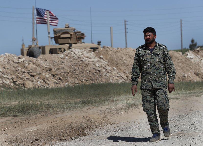 Kurdski vojnik, američka zastava