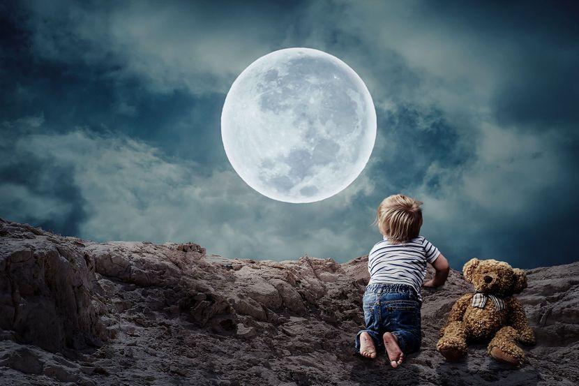 dečak gleda u mesec zodijak horoskop