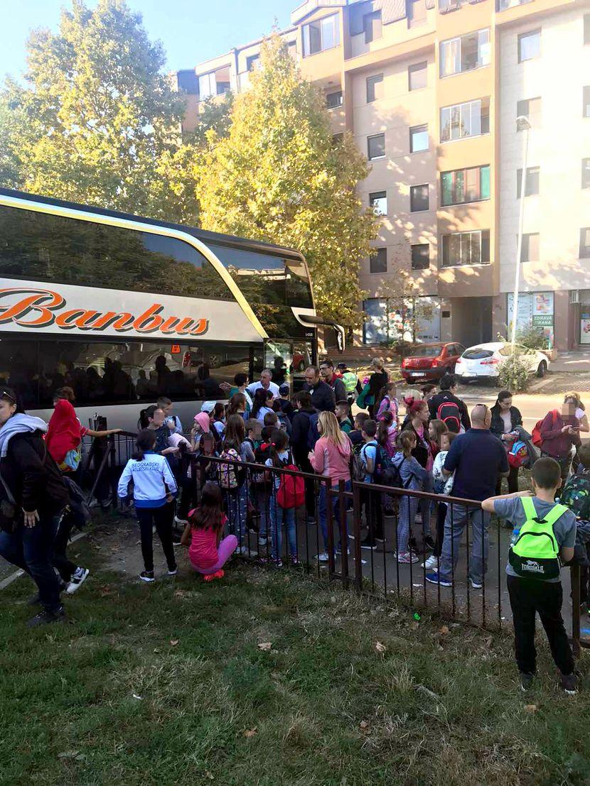 Osnovna škola Pavle Savić, deca čekaju dva sata na izlet za Tršić