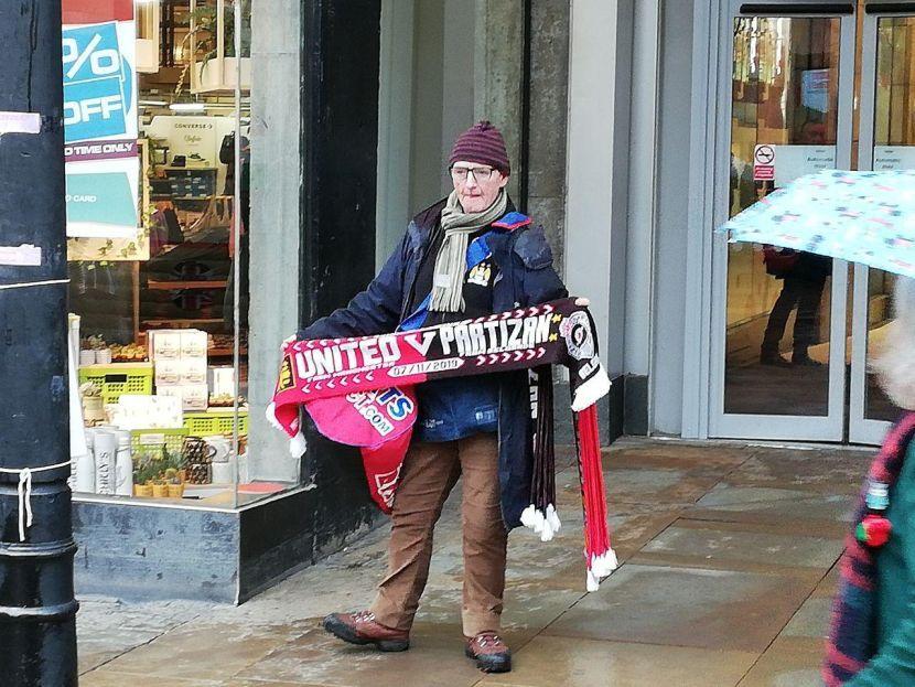 Prodavac suvenira u Mančesteru