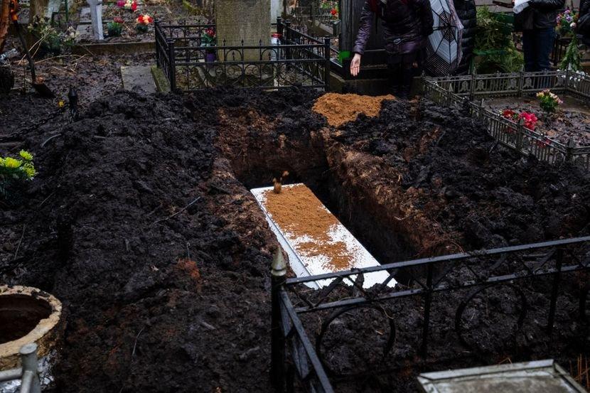 Majci zabranili da dođe na groblje: Danas sahranjuju dečaka (13) koji je  preminuo od korona virusa - Telegraf.rs