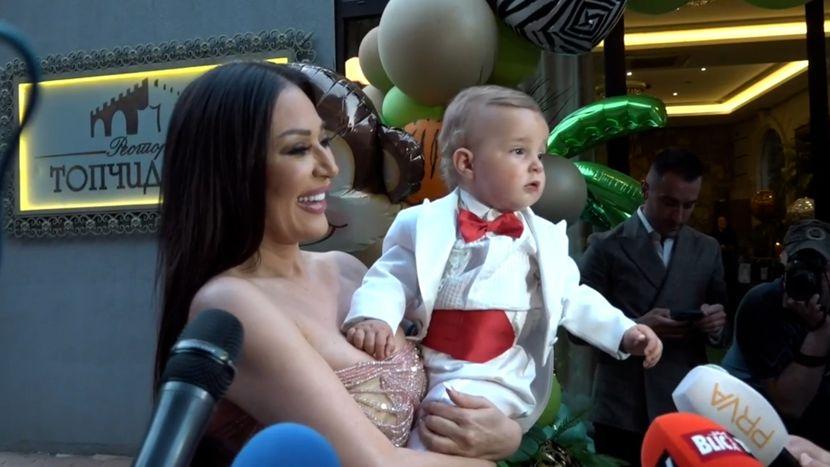 Ceca sa osmehom na licu u naručju drži malog Željka, a on nosi Veljkov  smoking od 1. rođendana - Telegraf.rs