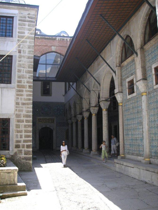 Dvorište evhuna u haremu osmanlijske palate Topkapi u Istanbulu. Foto: Wikimedia Commons/Gryffindor