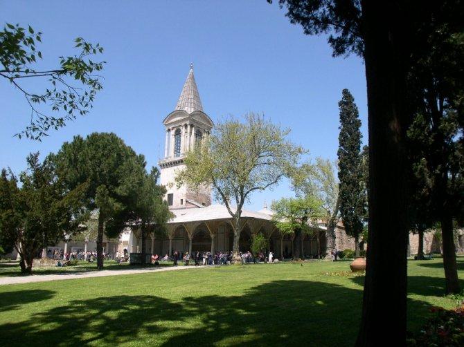 Dvorište osmanlijske palate Topkapi. Foto: Wikimedia Commons/Ahmet Necati Uzer