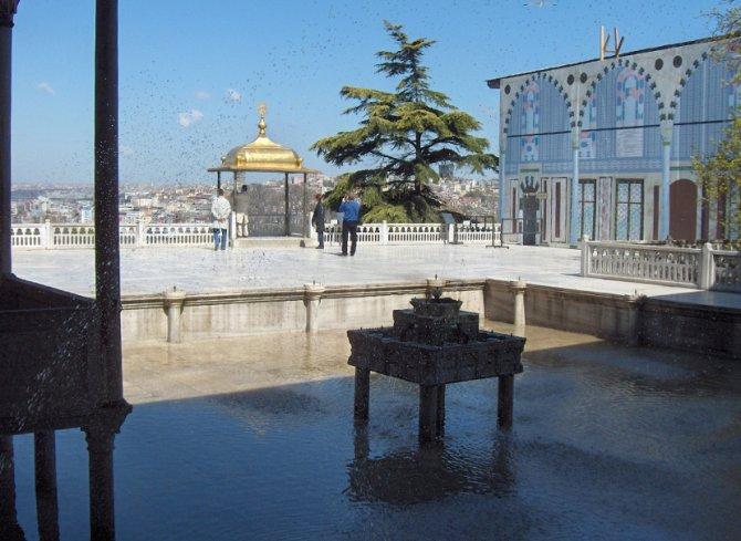 Iftarska senica, pozlaćeni paviljon u četvrtom glavnom dvorištu palate Topkapi. U prvom planu je fontana, desno je Bagdadski paviljon. Foto: Wikimedia Commons/Georges Jansoone