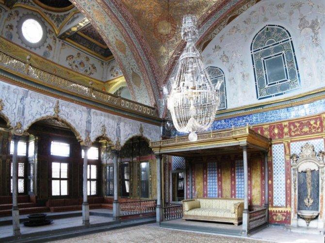 Imperijalna dvorana u palati Topkapi. Na prestolu je sedeo naravno sultan a gornja galerija je bila rezervisana za sultaniju-majku. Foto: Wikimedia Commons/Gryffindor