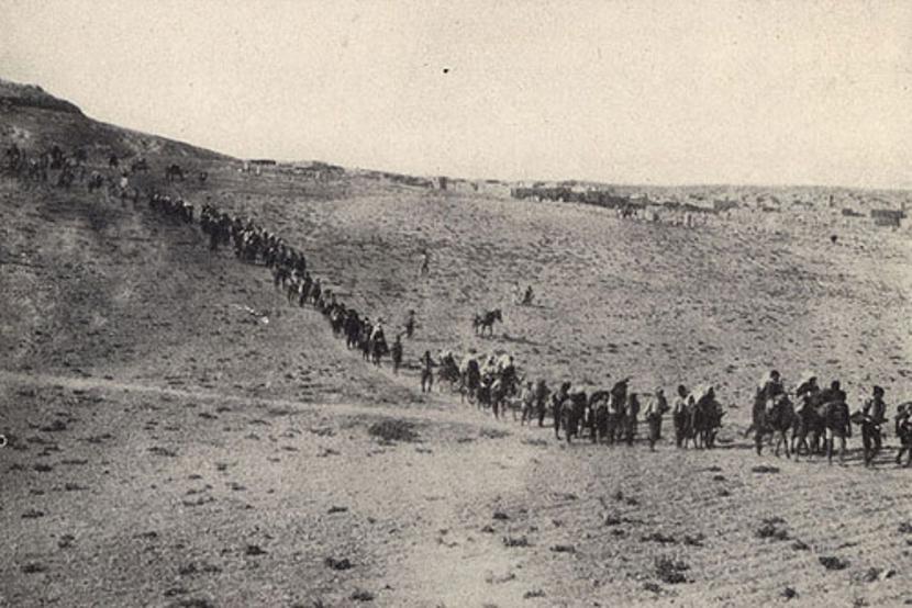 Pustinjski marševi smrti na koje su Turci naterali jermenske žene, decu i starce. Foto: Wikimedia Commons/narek781
