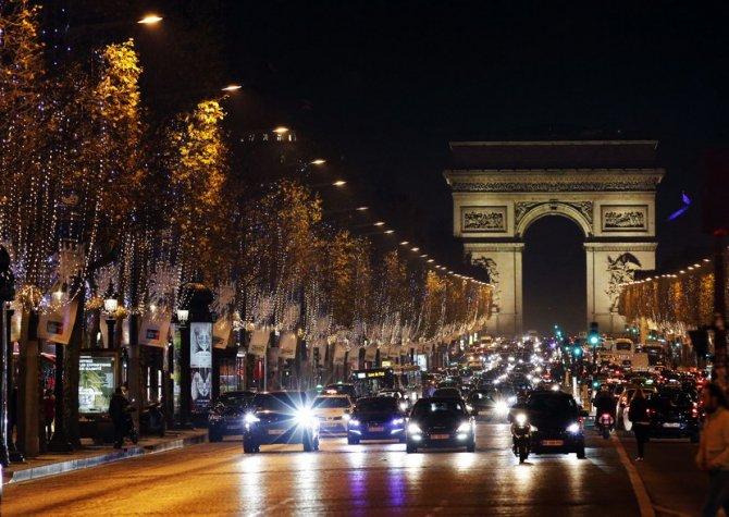 Trijumfalna kapija u Parizu tokom Novogodišnjih i božićnih praznika. Foto: AP/Tanjug
