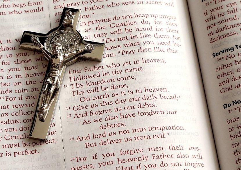 biblija, sveštenik. pop, religija, katolici, katoličanstvo, vernik, krst, brojanica,