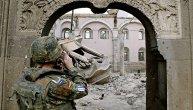 Otkrivena spomen-ploča u Prištini: 158 pripadnika Kfora preminulo tokom službe na Kosovu (VIDEO)