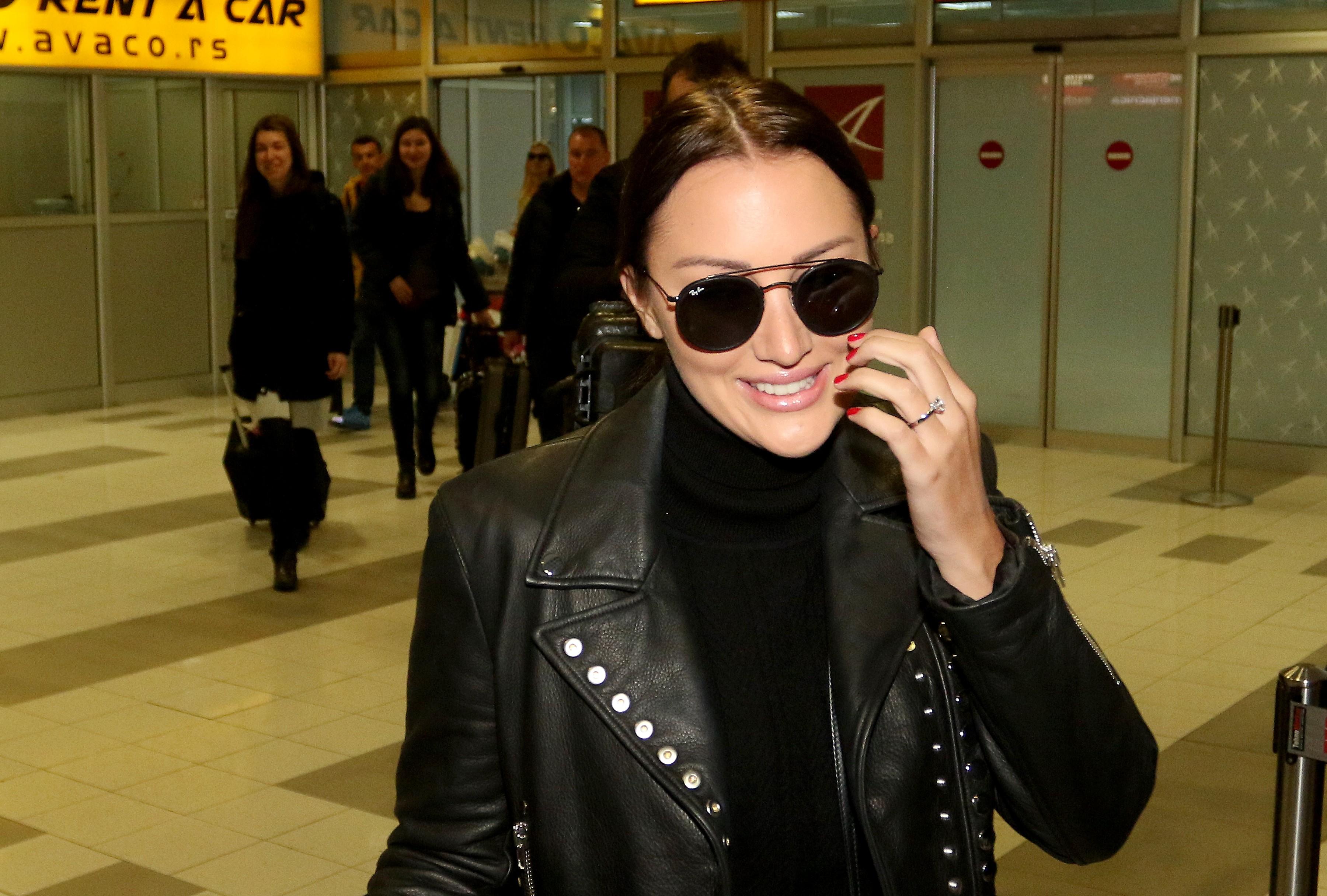 Aleksandra i Filip stigli u Beograd, ona ponosno prošetala verenički prsten, a tek da vidite ko ih je dočekao na aerodromu! (FOTO)