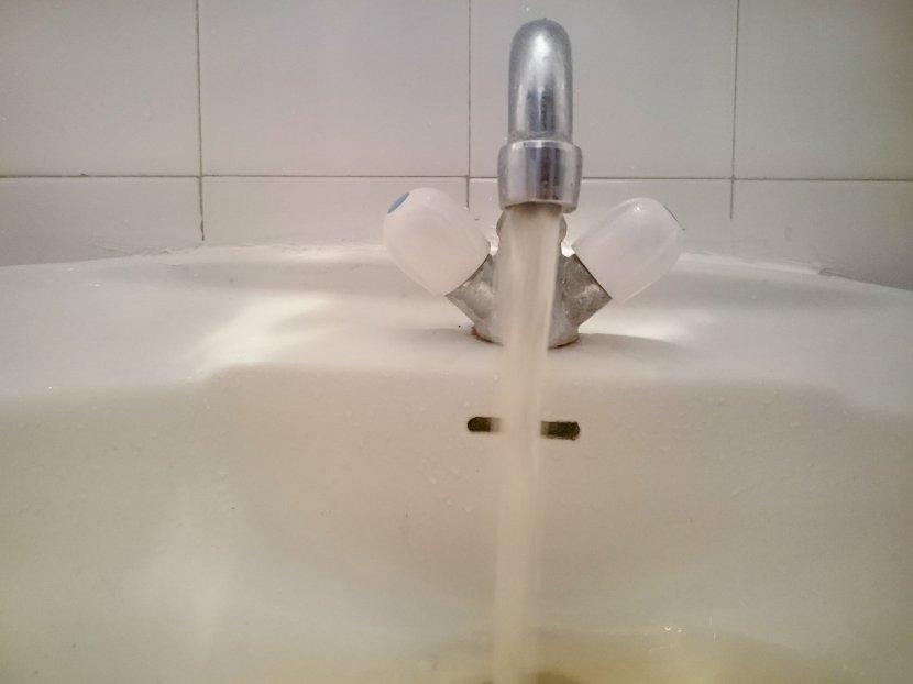 Česma, lavabo, žuta voda, prljava voda, tehnička