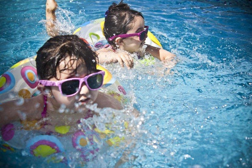 Kupanje, deca, naočare za sunce, guma za plivanje, bazen