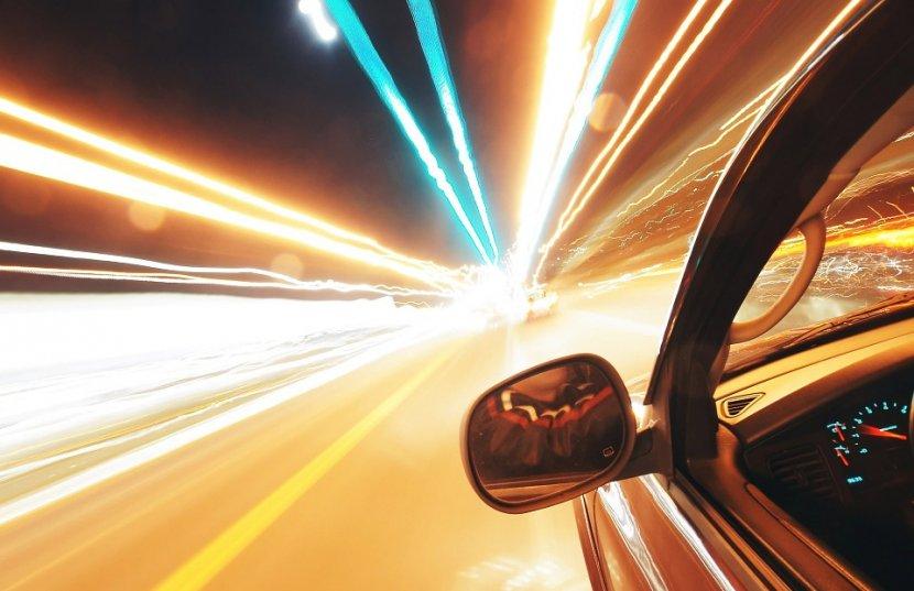Brza vožnja bahata, automobil juri, brzina