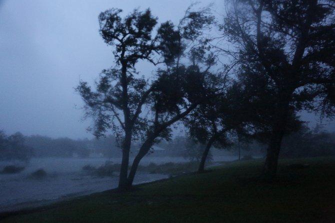 Uragan Florens odneo prve zrtve: Majka i beba poginule kada se drvo palo na kucu