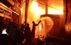 Vatrogasci se bore satima da ugase vatru.