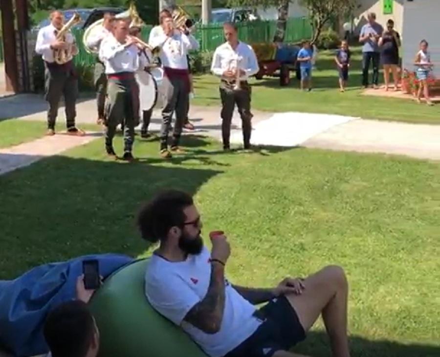 """Trubači na Kopu dočekali košarkaše i raspametili Milutinova: Radulja """"mrtav hladan"""" kulirao (VIDEO)"""