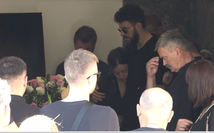 Vasa plače i grli sestru: Najpotresnija scena na sahrani Micićeve majke (FOTO) (VIDEO)