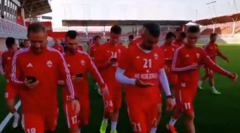 FK Voždovac ima nešto važno da kaže Srbiji! Svi igrači su zbog toga izašli na trening sa telefonima
