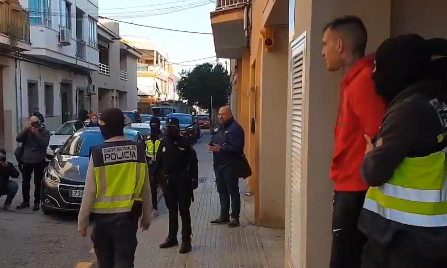 Smejao se policiji u lice dok su ga hapsili: Bratanac Vladana Milojevića pozirao sa lisicama!