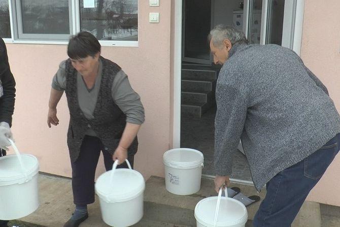 Svako daje koliko može: Srpski seljak poklonio 100 kilograma sira Crvenom krstu
