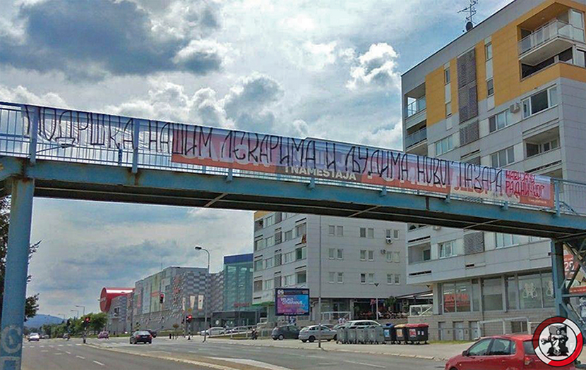 Navijači Radničkog posvetili ogromnu parolu podrške lekarima i Novom Pazaru
