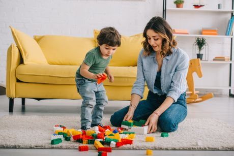 Majka i sin se igraju, slažu lego kocke
