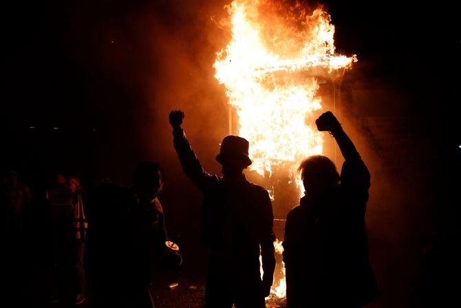 Demonstranti u Parizu zapalili centralnu banku: Haos zbog Zakona o  bezbednosti - Telegraf.rs