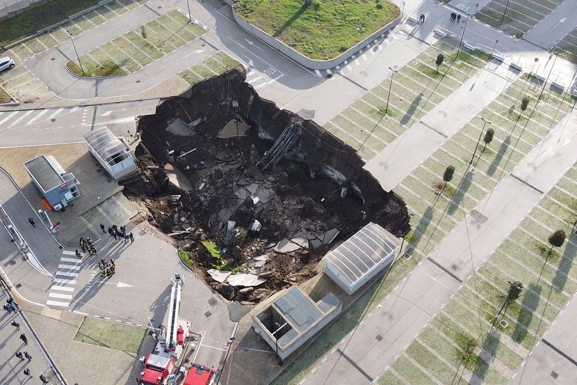 Ovako iz vazduha izgleda ogroman krater koji se otvorio na parkingu bolnice  u Napulju - Telegraf.rs