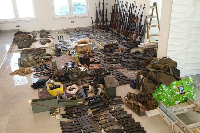 U zidu vikendice kraj Drine krio arsenal? Policija pronašla neverovatnu  količinu oružja - Telegraf.rs