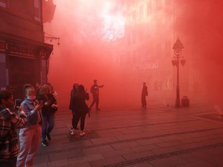 Bakljada usred Kneza: Cela ulica u dimu, ljudi se razbežali - Telegraf.rs